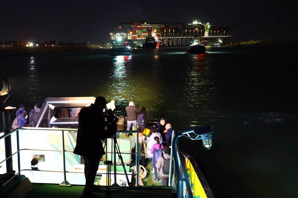 Remorkéry pracující na vyproštění uvízlé lodě