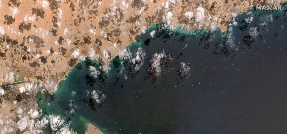 Satelitní snímek zobrazující frontu čekajících plavidel