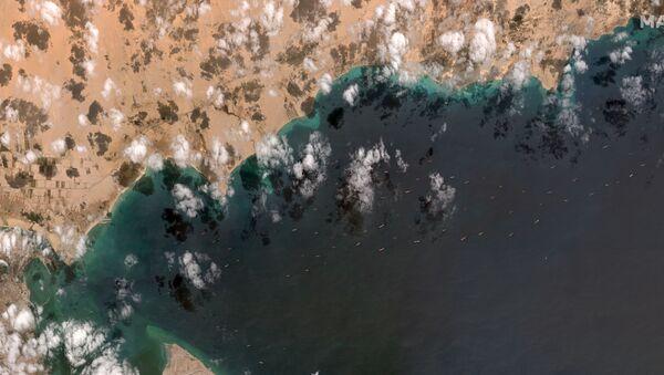 Suezský průplav s frontou lodí - Sputnik Česká republika