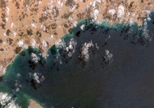 Suezský průplav s frontou lodí