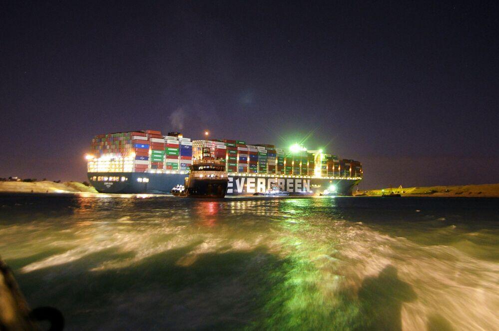 Remorkér se snaží uvolnit loď blokující Suezský průplav
