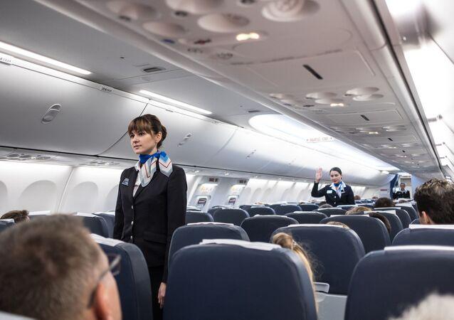 Letušky v kabině letadla