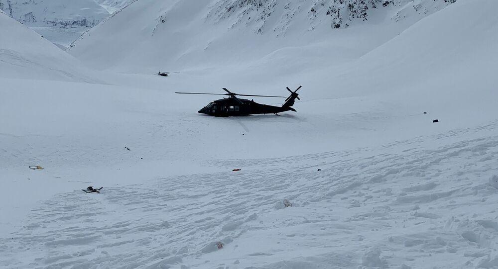 Vrtulník Aljašské Národní gardy poblíž místa, kde spadl vrtulník s Petrem Kellnerem u ledovce Knik