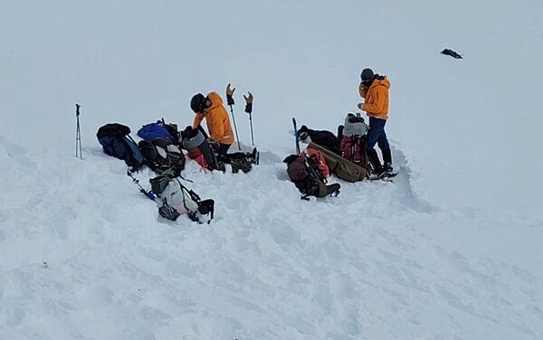 Dobrovolníci z Aljašské záchranné horské služby u místa nehody vrtulníku s Petrem Kellnerem - Sputnik Česká republika