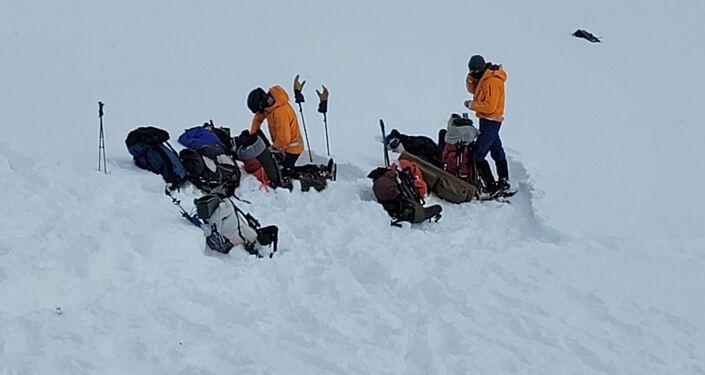 Dobrovolníci z Aljašské záchranné horské služby u místa nehody vrtulníku s Petrem Kellnerem