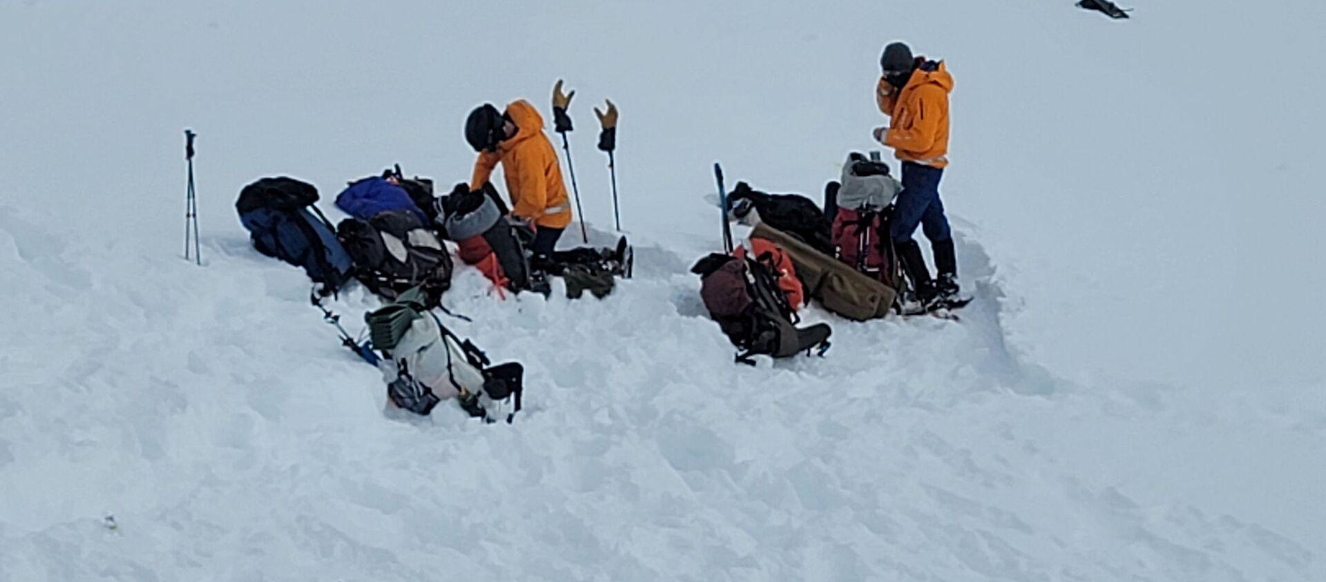 Dobrovolníci z Aljašské záchranné horské služby u místa nehody vrtulníku s Petrem Kellnerem - Sputnik Česká republika, 1920, 09.04.2021