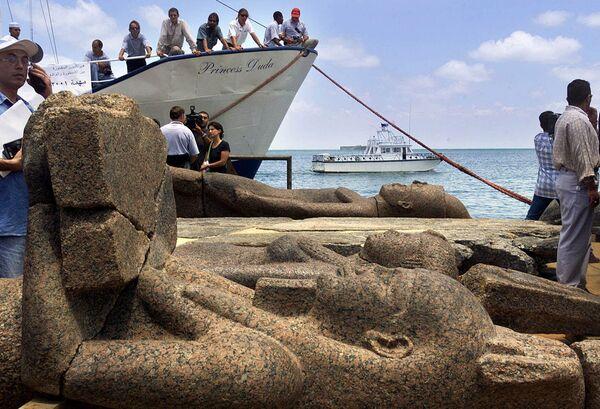 Na povrch vyzvednuté starověké sochy egyptského potopeného města Heracleion.  - Sputnik Česká republika