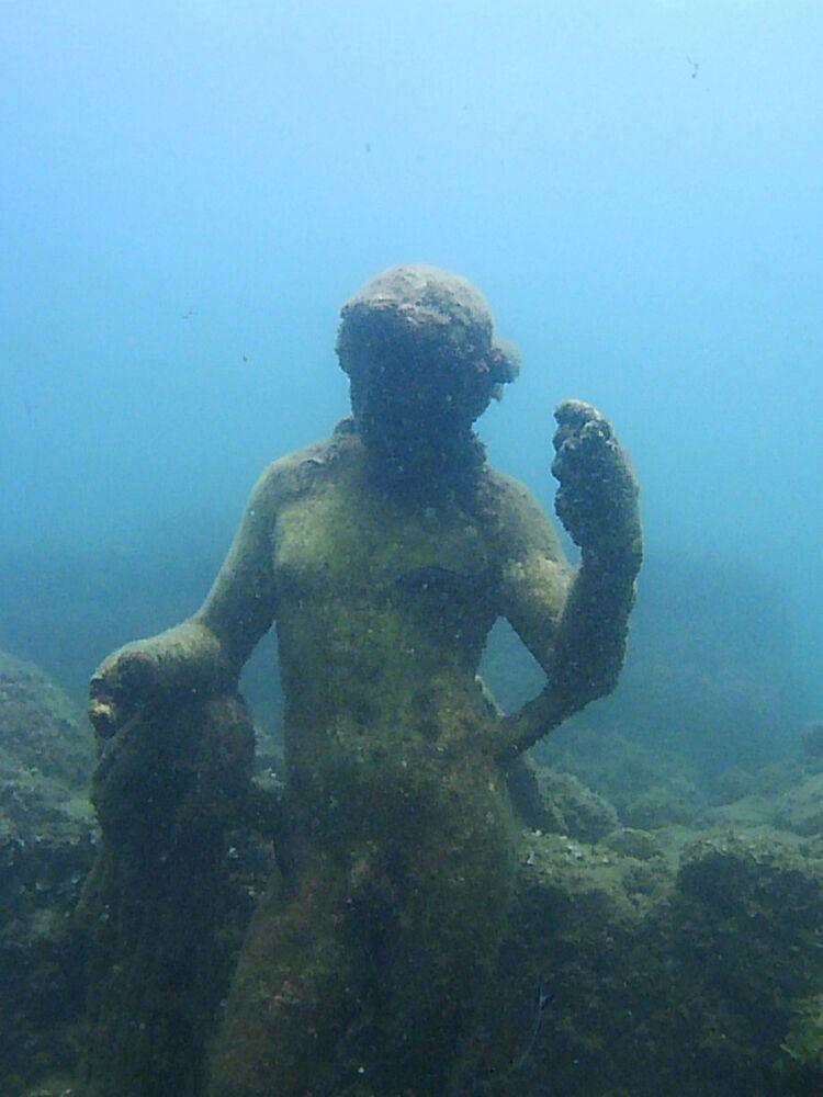 Zachovalá socha v podvodním archeologickém parku zatopeného města Baia