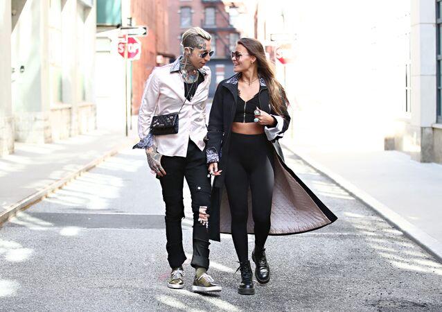 Model Chris Lavish a modelka Olya Smith se procházejí na ulici New Yorku oblečeni podle posledních módních trendů.