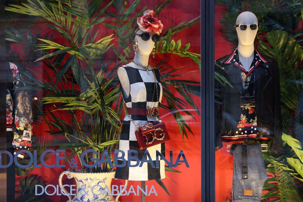 Takhle barevně vypadá výkladní skříň obchodu známé značky Dolce & Gabbana na Manhattanu v New Yorku.