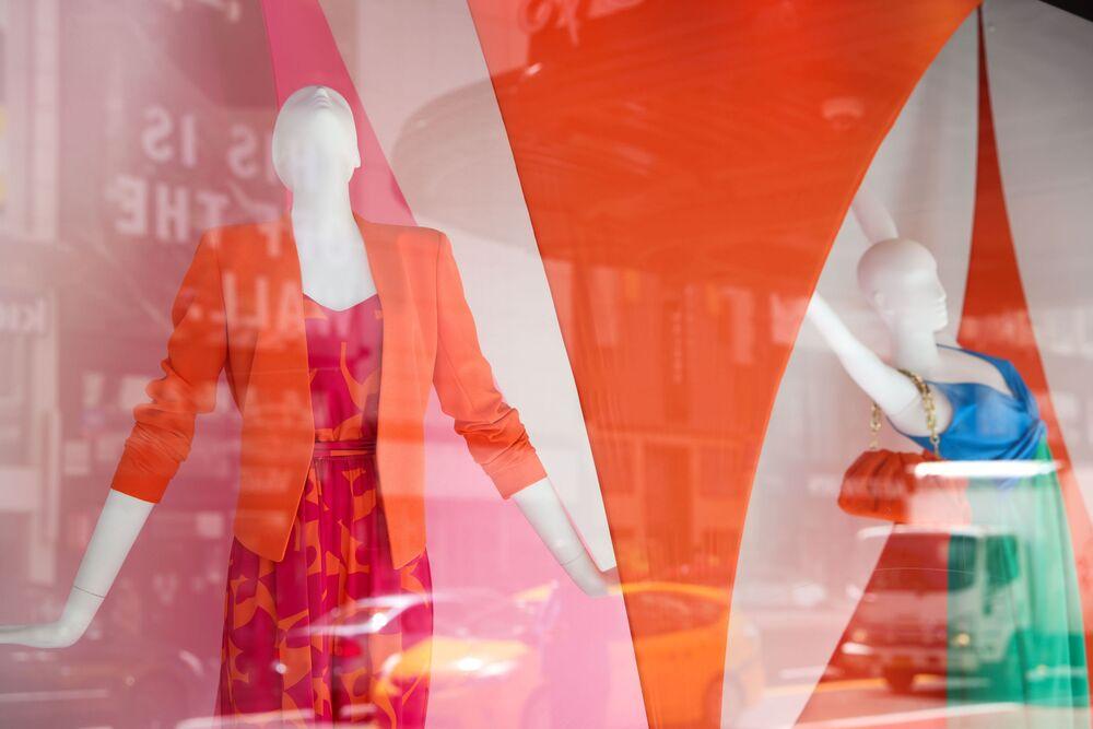 Výkladní skříň značky Macy v New Yorku se nese ve znamení jasných barev.