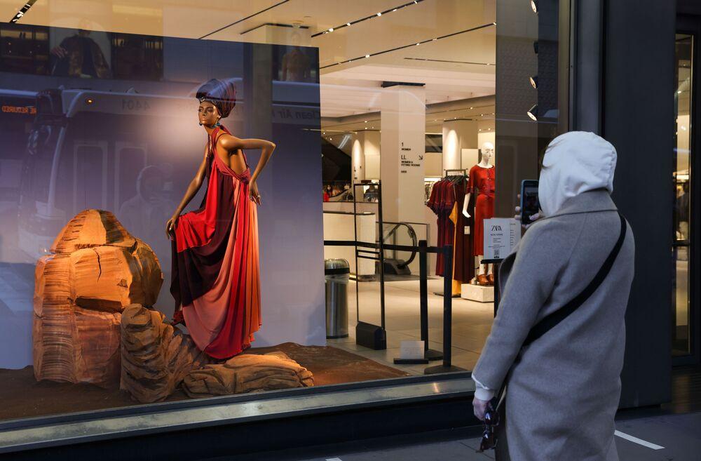 Muž fotí výlohu obchodu značky Zara v New Yorku