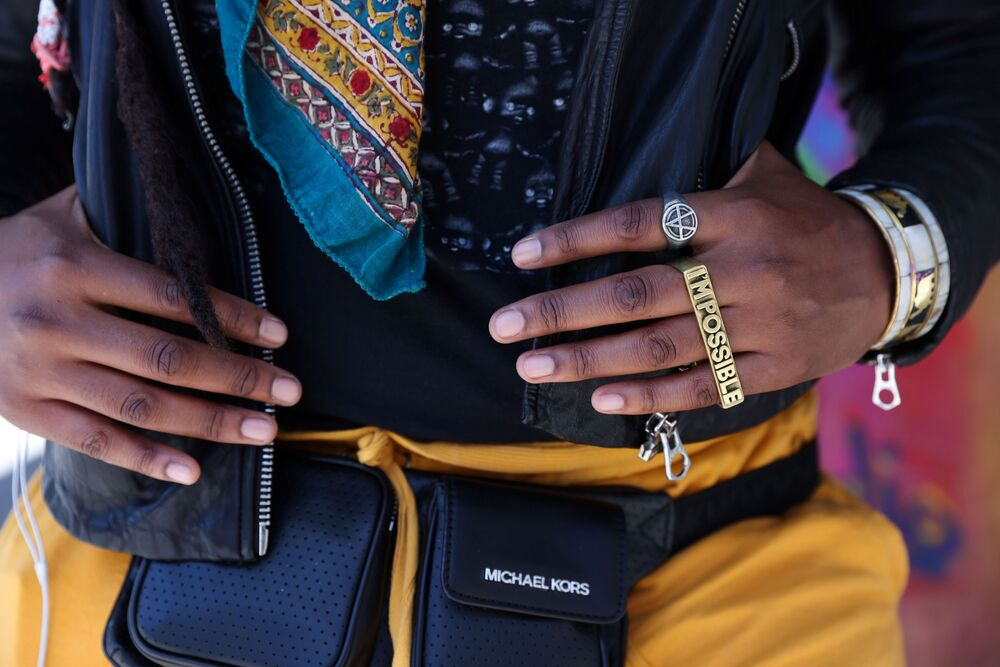 Místní parádnice předvádí v ulicích Manhattanu oděv jasných barev a extravagantní šperky.
