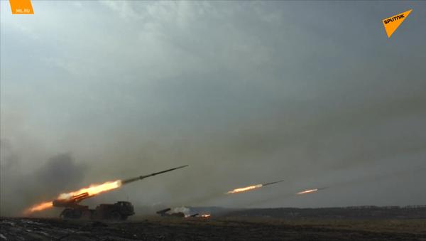 Střelba ruských dělostřelců během komplexního cvičení vojenských jednotek Burjatija a Primorja - Sputnik Česká republika