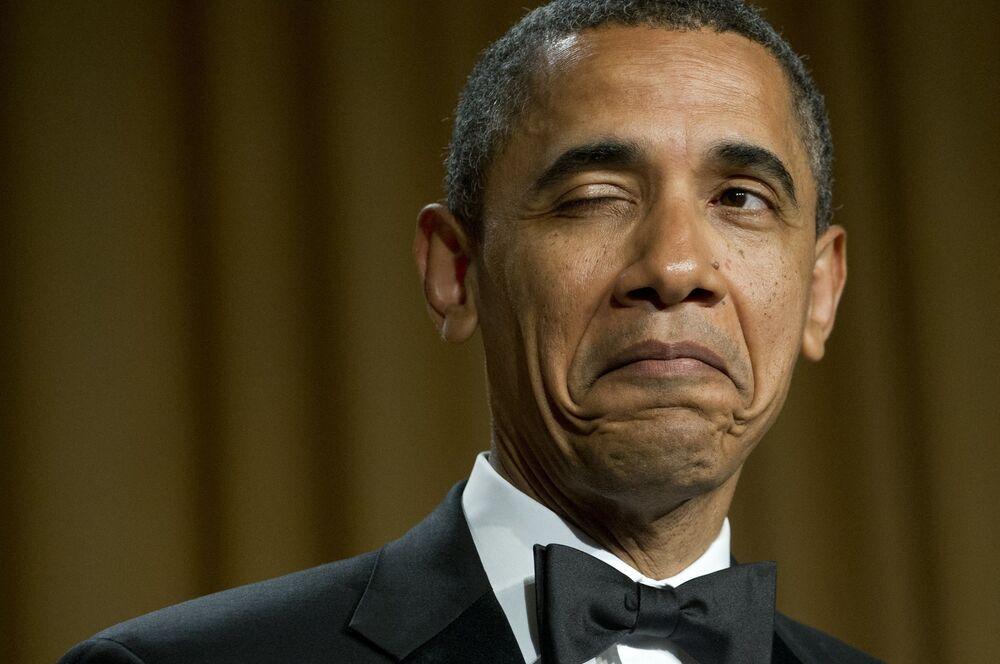 Americký prezident Barack Obama mrká při vyprávění vtipu o svém rodišti během večeře Asociace korespondentů Bílého domu ve Washingtonu v roce 2012.
