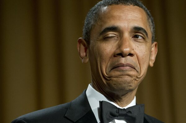 Americký prezident Barack Obama mrká při vyprávění vtipu o svém rodišti během večeře Asociace korespondentů Bílého domu ve Washingtonu v roce 2012.  - Sputnik Česká republika