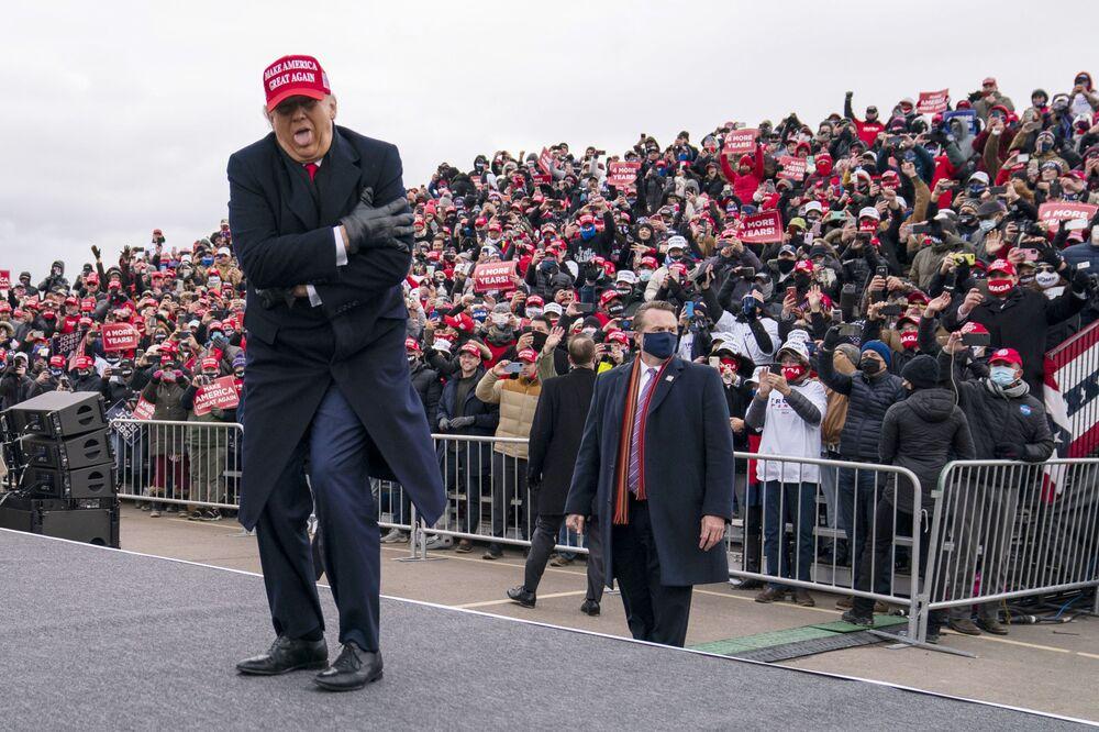 Americký prezident Donald Trump si dělá legraci z toho, jak zmrznul během rallye v Michiganu v roce 2020.