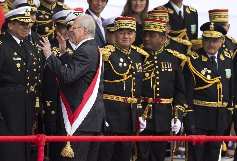 Peruánský prezident Pedro Pablo Kuczynski vtipkuje na vojenské přehlídce v Limě v roce 2016.