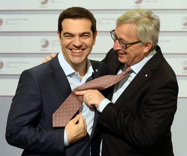 Řecký premiér Alexis Tsipras (nalevo) a prezident Evropské komise Jean-Claude Juncker blbnou na summitu Východního partnerství EU v Rize v roce 2015. - Sputnik Česká republika