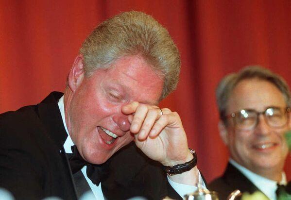 Americký prezident Bill Clinton si utírá slzy smíchu poté, co si vyslechl vtip komika Ala Frankena v roce 1996.  - Sputnik Česká republika