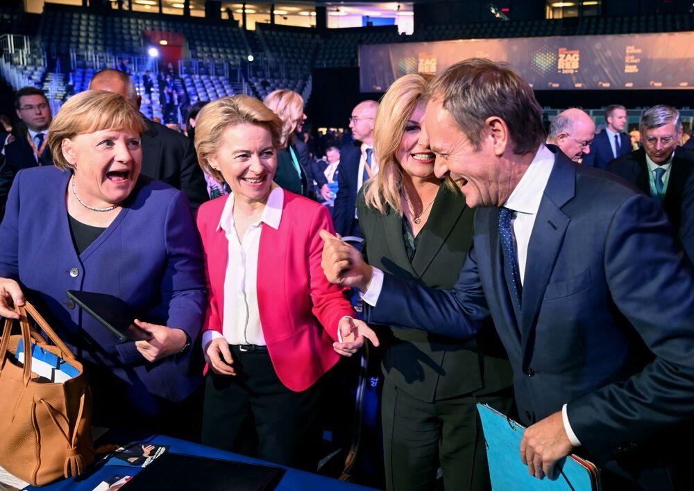 Předseda Evropské rady Donald Tusk se baví s německou kancléřkou Angelou Merkelovou, prezidentkou Evropské komise Ursulou von der Leyenovou a chorvatskou prezidentkou Kolindou Grabarovou Kitarovičovou během Kongresu Evropské národní strany v Záhřebu v roce 2019.