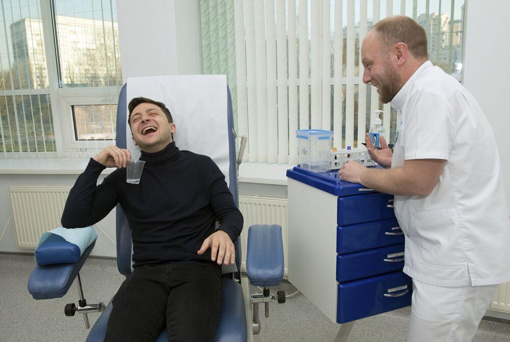 Ukrajinský kandidát na post prezidenta Volodymyr Zelenskyj se směje během odběru krve v roce 2019.
