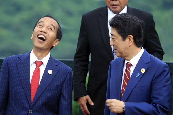 Indonéský prezident Joko Widodo (nalevo) se spolu s japonským premiérem Shinzo Abem směje během fotografování v roce 2017.  - Sputnik Česká republika