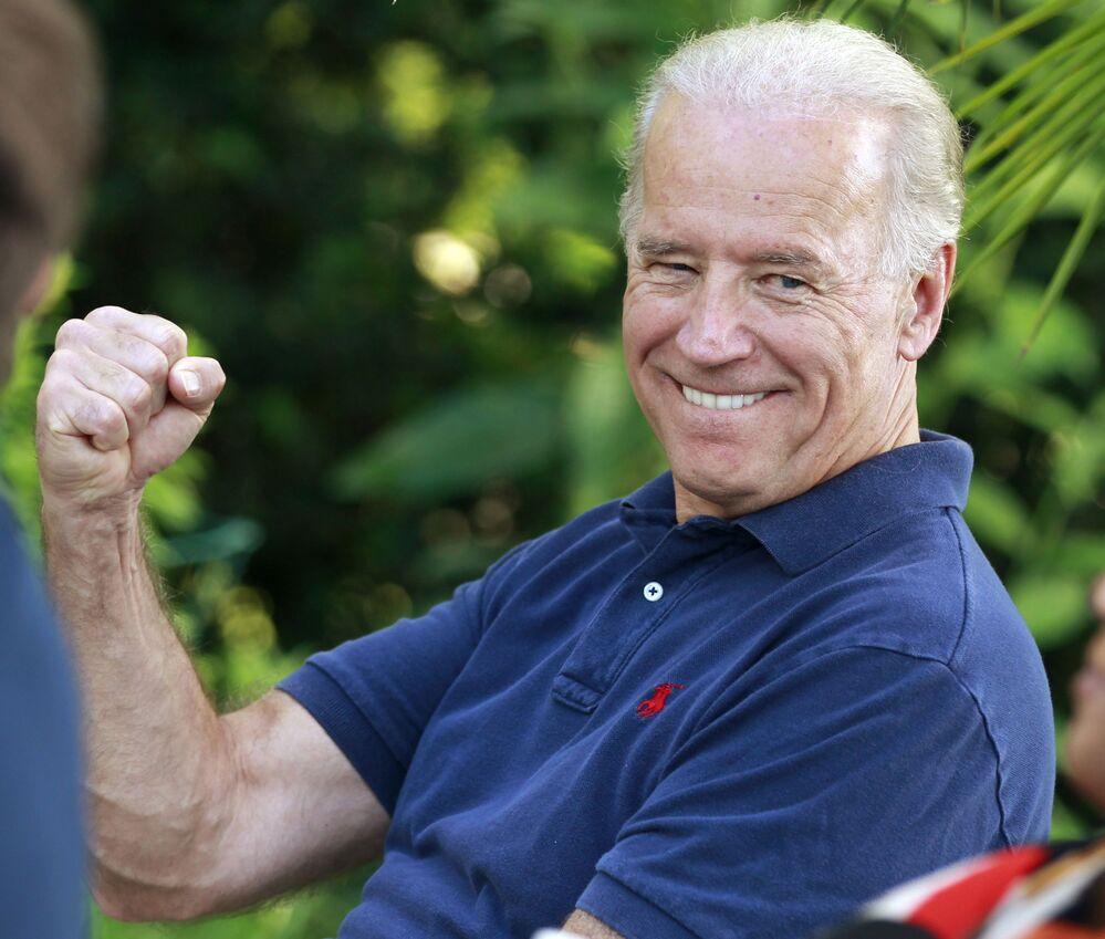 """Americký viceprezident Joe Biden naráží """"na Blumenthalovu chybu"""" a časté nepřesnosti, kterých se dopouští generální prokurátor z Connecticutu o službě ve Vietnamu, když se obrací k veteránům, 2010."""