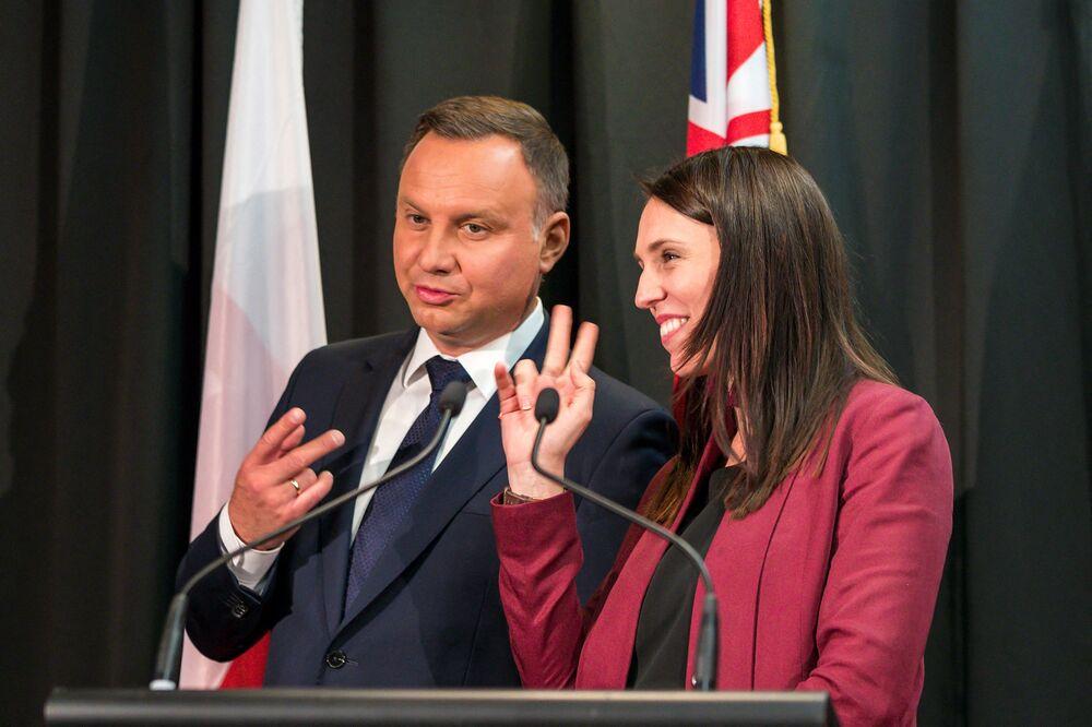 Polský prezident Andrzej Duda a premiér Nového Zélandu Jacinda Ardern vtipkují o počtu podpisů na ceremonii v Aucklandu v roce 2018.