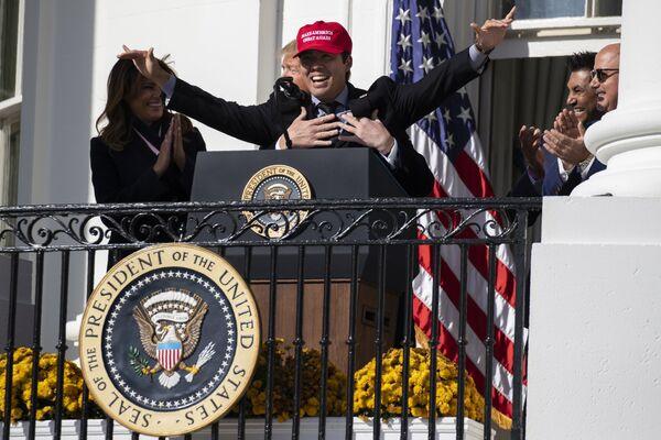 Prezident USA Donald Trump objímá baseballistu Kurta Suzuku během akce na počest šampiona Světové série v roce 2019 v Bílém domě.  - Sputnik Česká republika