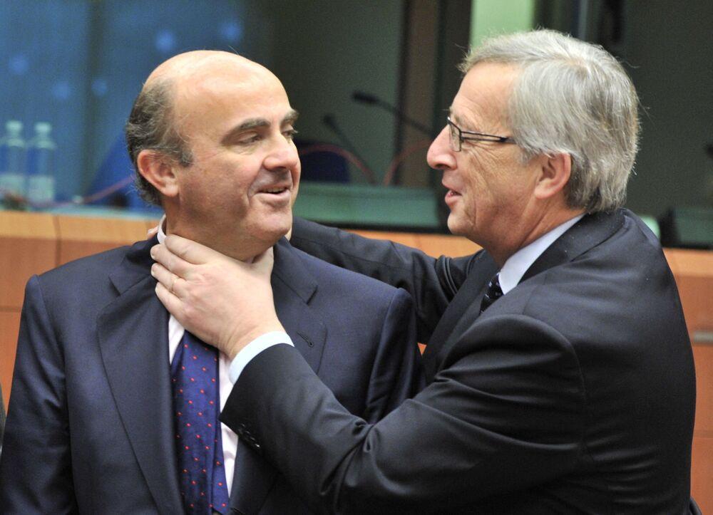 Španělský ministr financí Luis De Guindos (nalevo) a lucemburský premiér Jean-Claude Juncker laškují před setkáním eurozóny v sídle EU v Bruselu v roce 2012.