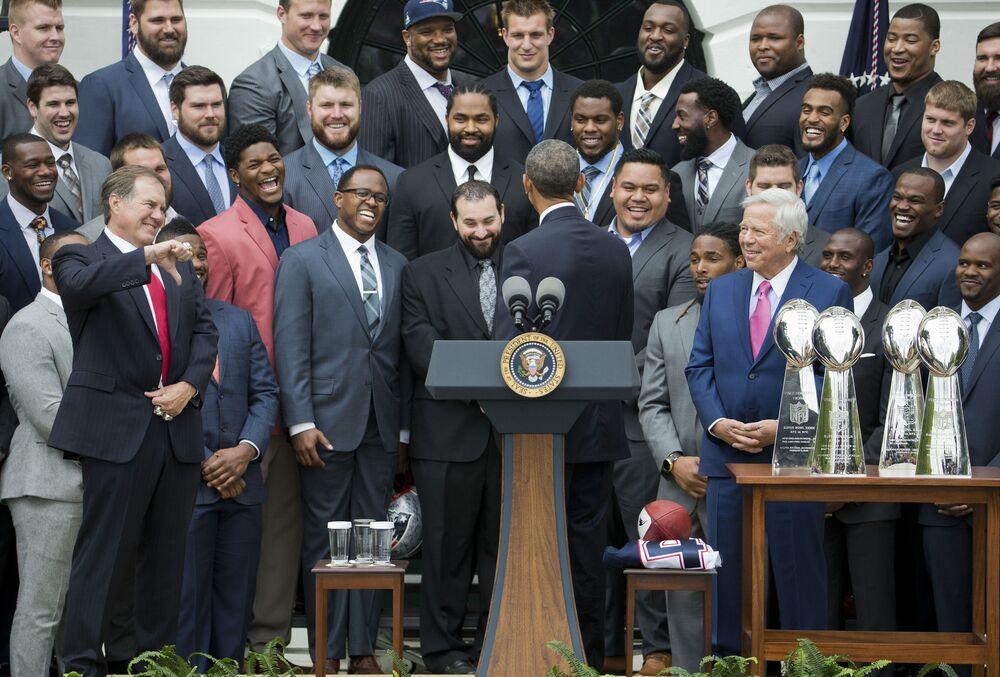 Hlavnímu fotbalovému trenérovi New England Patriots se nelíbí vtip prezidenta Baracka Obamy, který utrousil během ceremonie na jižním trávníku u Bílého domu ve Washingtonu v roce 2015.