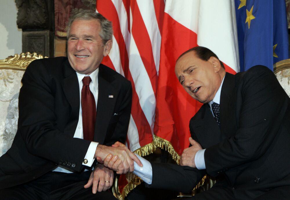Americký prezident George Bush a italský premiér Silvio Berlusconi se dobře baví během setkání v Římě v roce 2008.