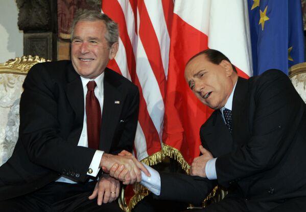Americký prezident George Bush a italský premiér Silvio Berlusconi se dobře baví během setkání v Římě v roce 2008.   - Sputnik Česká republika
