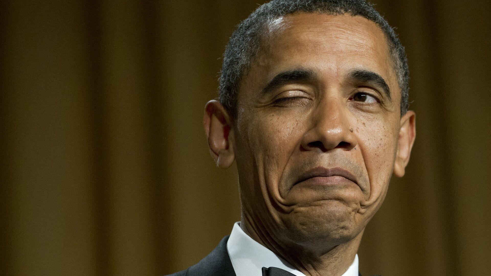 Президент США Барак Обама подмигивает, рассказывая анекдот о месте своего рождения во время ужина Ассоциации корреспондентов Белого дома в Вашингтоне, 2012 год  - Sputnik Česká republika, 1920, 09.08.2021