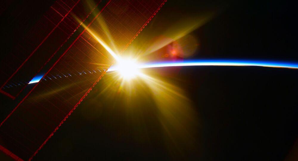 Pohled z ISS na úsvit nad Zemí
