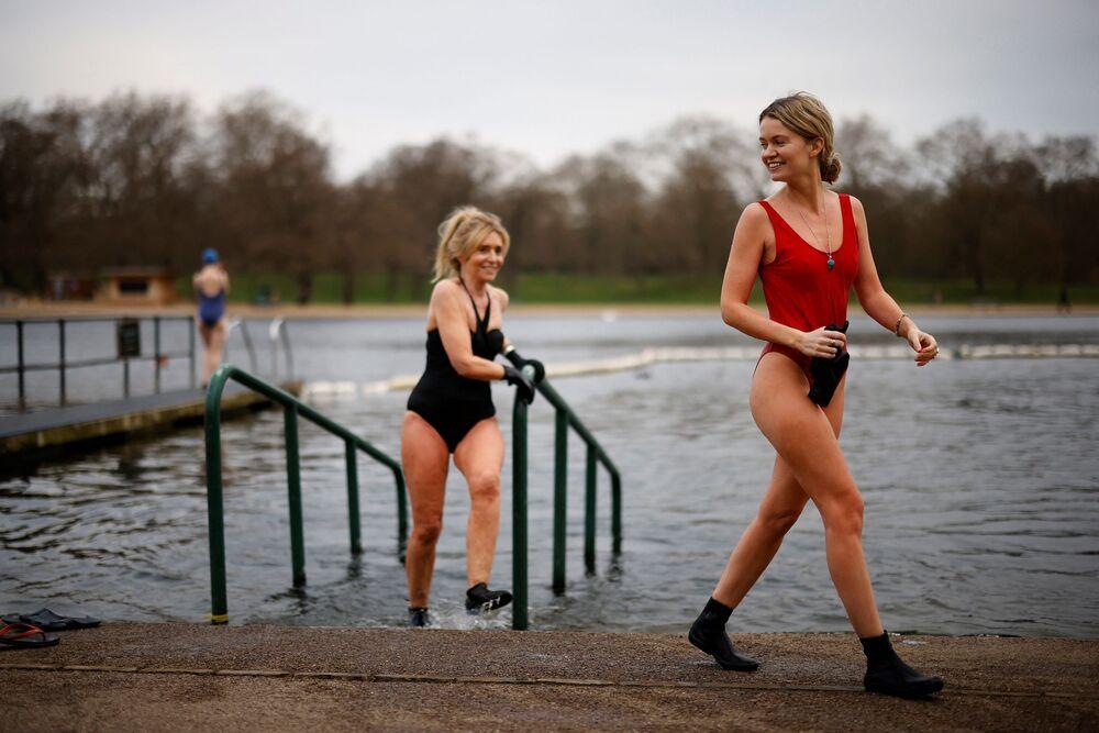 Ženy v plavkách po plavání v Serpentine Lido v londýnském Hyde Parku