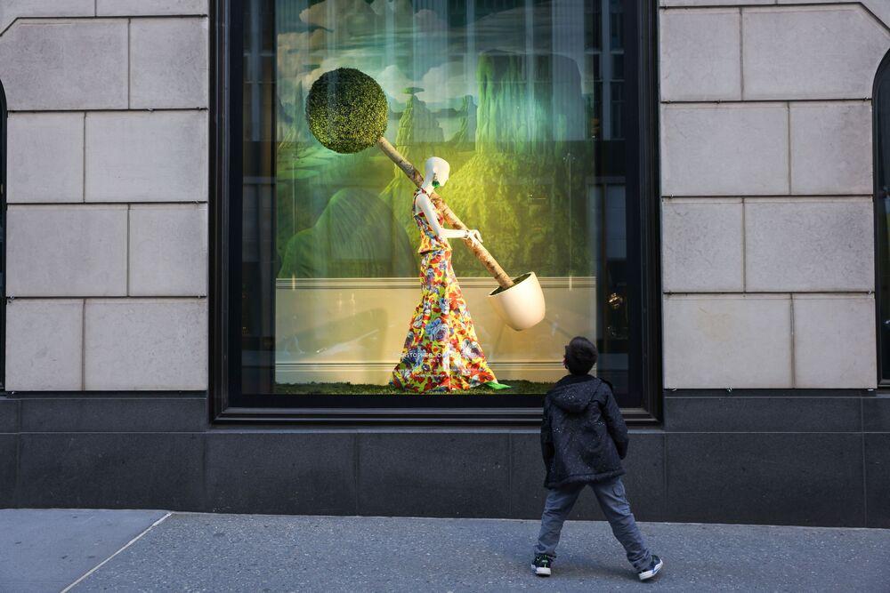 Chlapec pozoruje výlohu hypermarketu Bloomingdales v New Yorku