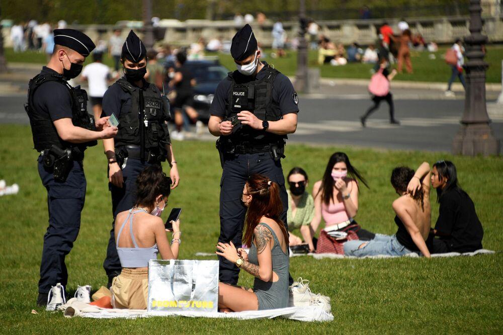 Francouzští policisté provádějí kontrolu