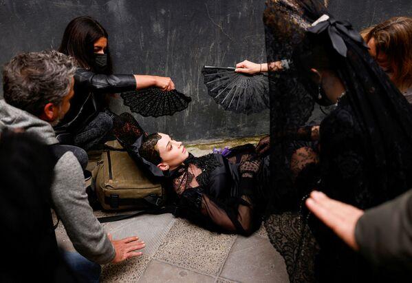 Modelka, které se zatočila hlava před začátkem modní přehlídky v Seville. - Sputnik Česká republika
