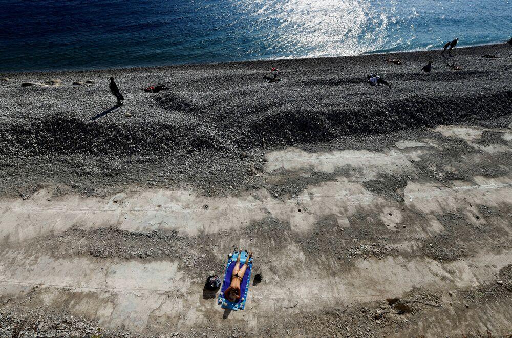 Žena se opaluje v Nice, Francie