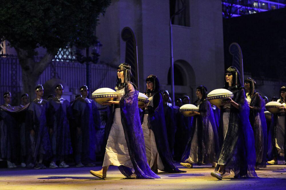 Slavnostní přesun mumií v Káhiře. Účastnice průvodu