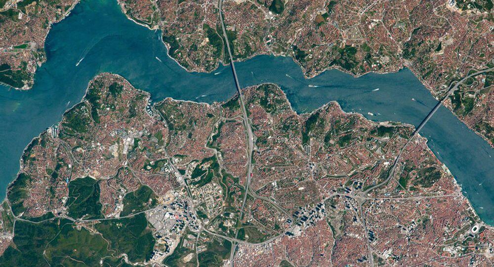 Pohled shora na mosty přes Bosporský průliv