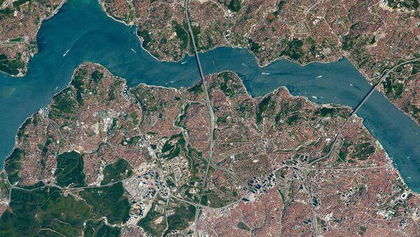 Pohled shora na mosty přes Bosporský průliv - Sputnik Česká republika