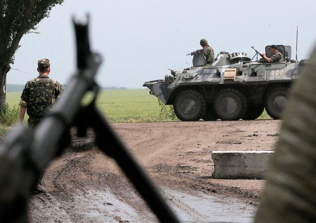 Ukrajinští vojáci v zóně konfliktu na východě Ukrajiny. Ilustrační foto