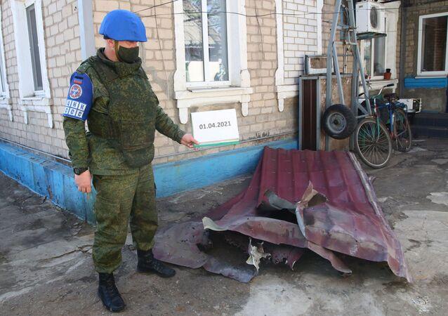 Zástupce Společného centra pro kontrolu a koordinaci za DLR zaznamenává následky ostřelování v obci Oleksandrivka v Doněcké oblasti