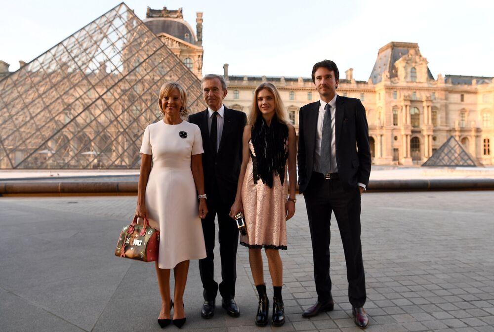 Nejbohatší Evropan a předseda představenstva Moët Hennessy Louis Vuitton SA Bernard Arnault spolu se svou rodinou, jmění - 150 mld. dolarů