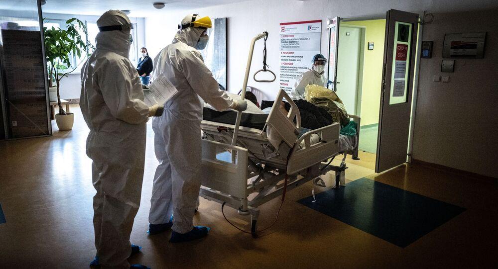 Lékaři transportují pacienta s koronavirem na pulmonologické oddělení nemocnice Ruzinov v Bratislavě