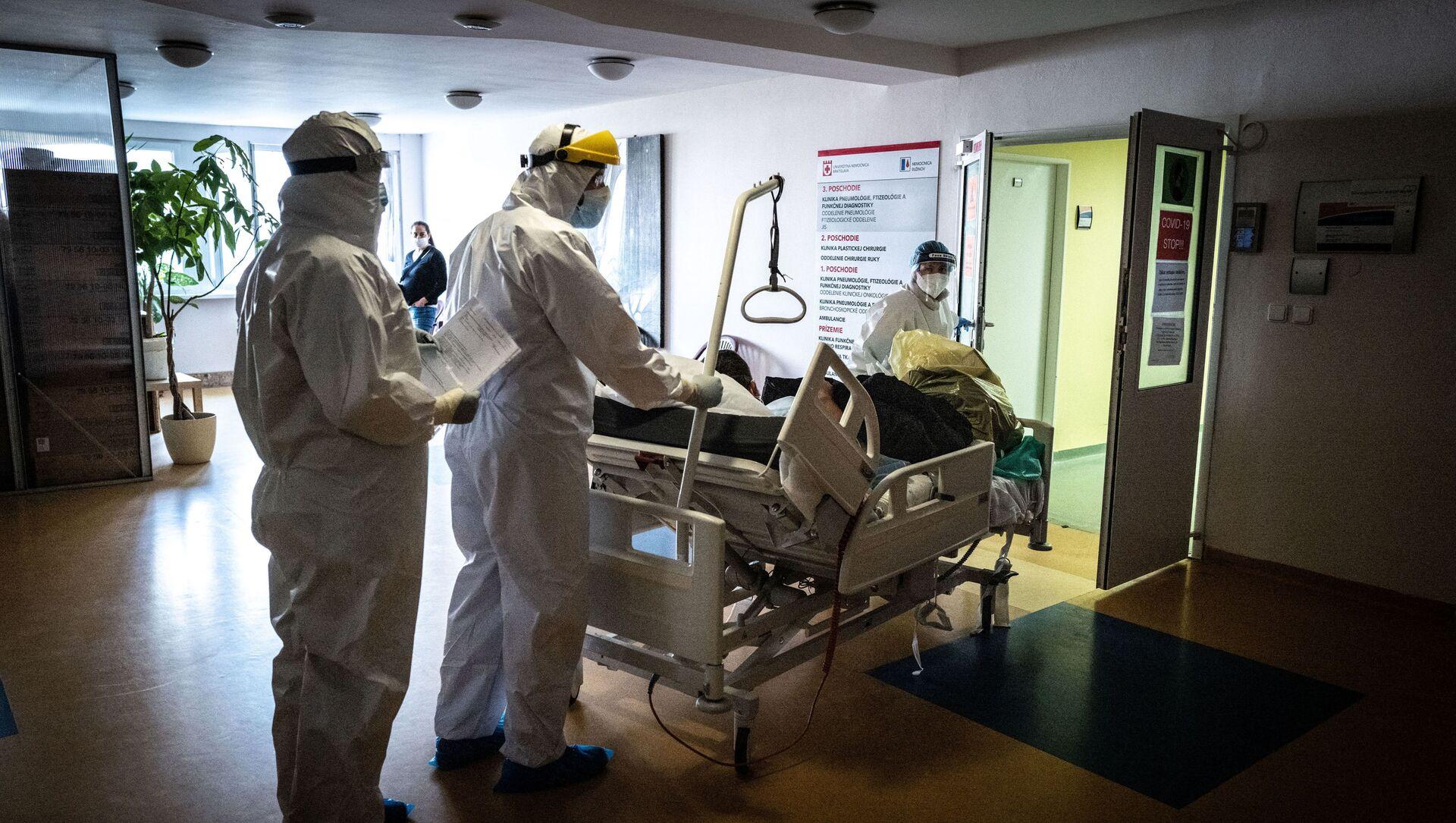 Lékaři transportují pacienta s koronavirem na pulmonologické oddělení nemocnice Ruzinov v Bratislavě - Sputnik Česká republika, 1920, 07.04.2021