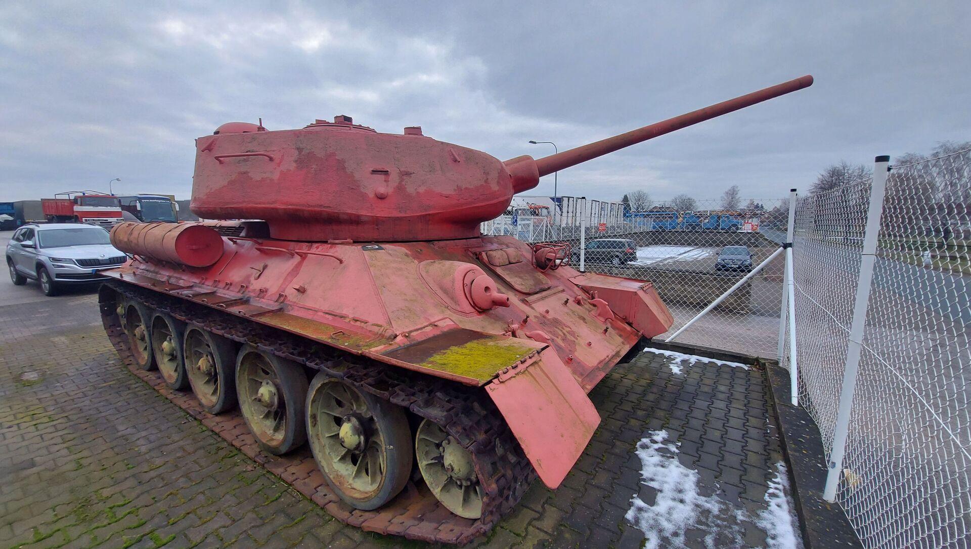 Růžový tank T 34/85 vlastněný obyvatelem Česka - Sputnik Česká republika, 1920, 07.04.2021